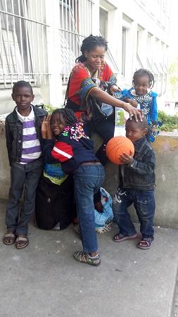 Nadia Kyungu e os quatro filhos: família congolesa aguarda por solução permanente de moradia