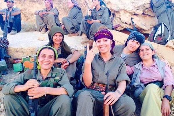 Integrantes da guerrilha curda na luta contra EI