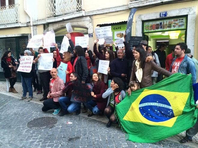 Opera mundi brasileiros no exterior fazem protestos contra impeachment de dilma veja fotos for Batepapo uol com br brasileiros no exterior