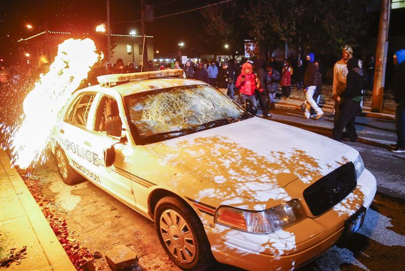 Em 2º dia de protestos por morte em Ferguson, multidão vai às ruas em 170 cidades dos EUA