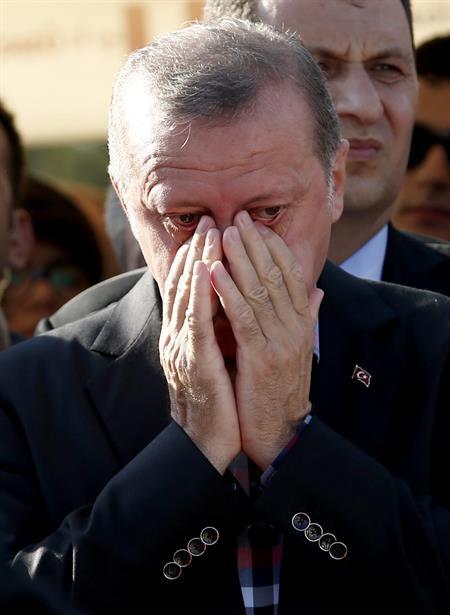 O presidente da Turquia, Recep Tayyip Erdogan, no enterro de um morto durante a tentativa de golpe de Estado da última sexta-feira (Foto: Agência Efe)