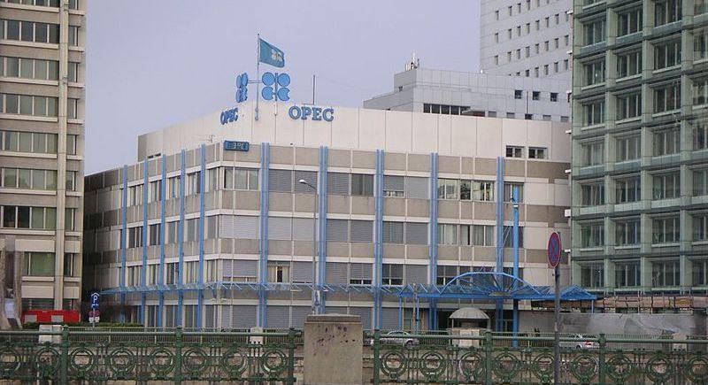 Sede da Opep em Viena (capital da Áustria): órgão produziu quantidade superior de petróleo do que mercado internacional esperava