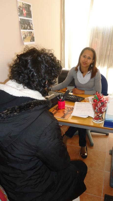 A brasileira Evonês Santos, 37, é assistente social e auxilia portugueses e imigrantes