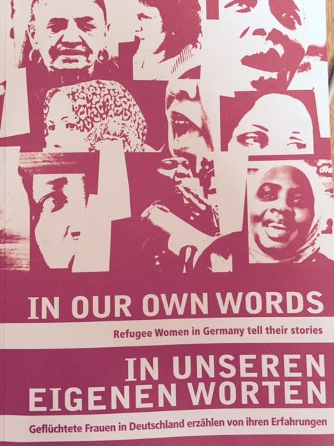 """Capa do livro """"Em suas próprias palavras: mulheres refugiadas na Alemanha contam as suas histórias"""""""