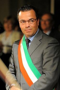 Deputado italiano tem 49 anos