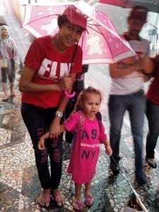 A sem-teto Polyana e sua filha Alicia| Foto: Eduardo Nunomura