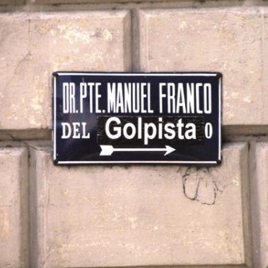 Intervenção em placa de rua em Assunção, em crítica ao presidente Frederico Franco e a seu pai, Manuel (Foto: Natália Viana/Agência Pública)