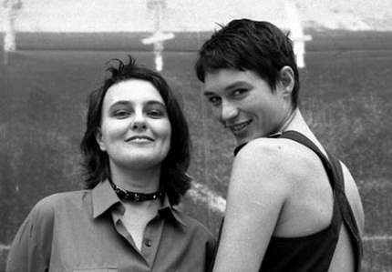 Águeda Bañón, hoje diretora de comunicação da Prefeitura de Barcelona, e María Llopis: duo girlswholikeporno (Foto: Marietta Kesting, 2006)