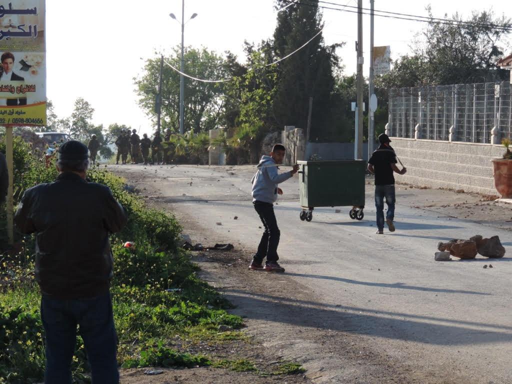 Em Silwad, jovens palestinos protestam contra a ocupação atirando pedras contra soldados israelenses | Moara Crivelente / Opera Mundi