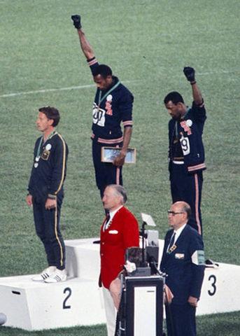 """Smith e Carlos fazendo saudação """"black power"""" - Wikicommons"""