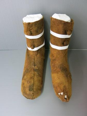Calçados  que pertenceriam a Louise de Quengo após serem restaurados