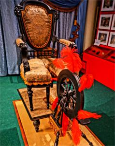 Cadeira com penas acariciantes / MusEros