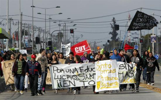 Professores chilenos denunciam expulsões em massa de estudantes após protestos