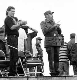 Díaz-Canel, então dirigente da juventude cubana, junto a Fidel Castro