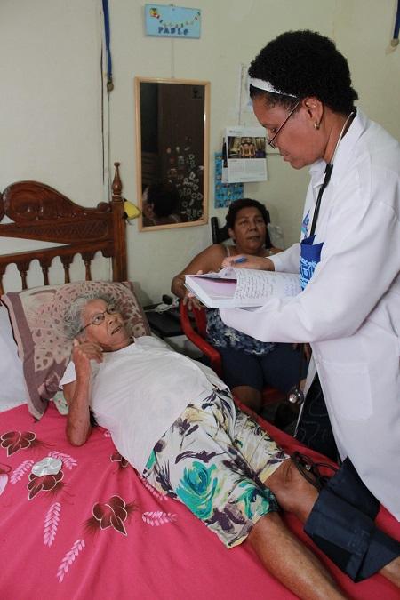 Marlen Cruz Otazo com a paciente Dalila Alves da Silva, em São João de Meriti (Beto Franzen / Imprensa PMSJM)