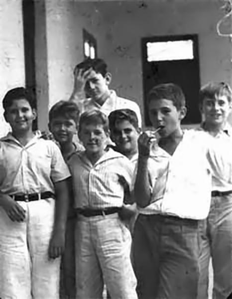 Fidel quando criança (chupando um pirulito), ao lado de colegas de escola (Foto: Cubadebate)
