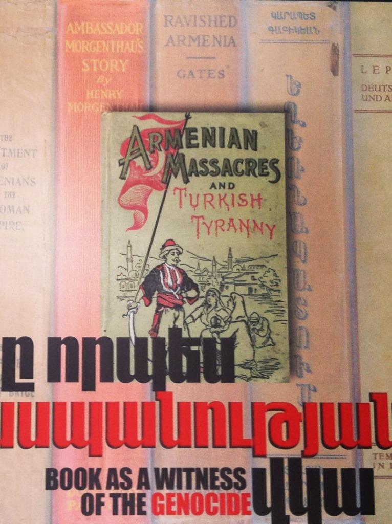 Cartaz com dizeres: 'O livro como testemunha do genocídio', exposto no museu do Genocídio de Yerevan