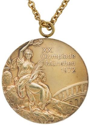 Uma das medalhas de ouro de Korbut leioladas