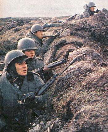 Soldados argentinos em trincheira durante Guerra das Malvinas