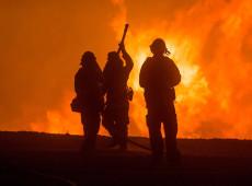Fotos: bombeiros tentam conter focos de incêndio no estado da Califórnia