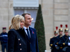 Movimento de mulheres brasileiras #DesculpaBrigitte emociona primeira-dama da França