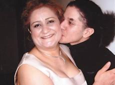 Mãe de britânico morto por gangue arrecada fundos para ajudar assassinos