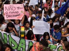 Estudantes protestam contra cortes na Educação promovidos por governo Bolsonaro