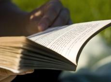 Leitura em grupo de obras literárias ajuda a aliviar dor crônica, diz estudo