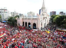 Venezuelanos vão às ruas em defesa do governo de Maduro