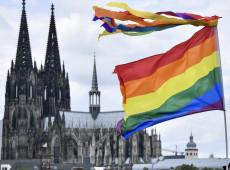 """Governo alemão aprova proibição da """"cura gay"""" para menores"""