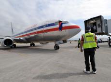 Brasileiros deportados dos EUA dizem que viajaram com algemas nos pés e nas mãos