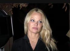 Atriz Pamela Anderson visita Assange na prisão e diz que ele é 'um homem inocente'