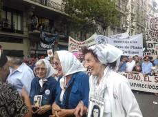 Abraços, beijos e luta: 300 mil pessoas lembram 30 mil desaparecidos durante ditadura argentina