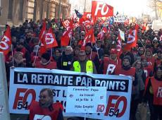 Reforma da Previdência: manifestantes lançam frutas, legumes e garrafas contra policiais em Paris
