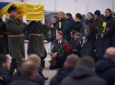 Corpos de vítimas de derrubada de avião chegam a Kiev