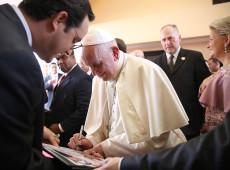 'Ninguém é estrangeiro', diz papa Francisco em missa a migrantes