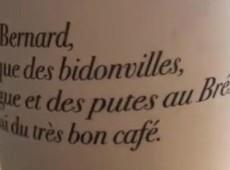Rede francesa de cafeterias expõe frase ofensiva contra brasileiros em seus copos