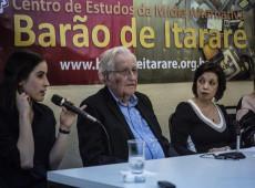 Mídia hegemônica é dominada por ricos que não querem 'certas ideias' no papel, diz Chomsky em SP