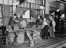 Hoje na História: 1937 - Polícia reprime com violência greve na GM em Flint, Michigan