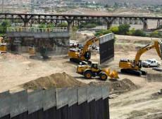 Apoiadores de Trump constroem muro privado na fronteira dos EUA com México