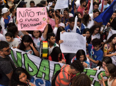 Manifestantes vão às ruas do Brasil em protesto contra cortes na educação; veja fotos