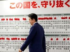 Abe vence eleição e pode ter apoio para mudar Constituição do Japão