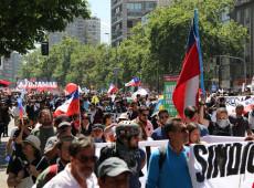 Chile: Manifestantes de outras cidades marcham até Santiago para se juntar a protestos