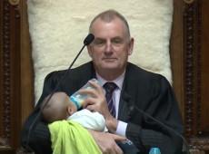Presidente do Parlamento da Nova Zelândia cuida de filho de deputado durante sessão