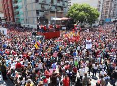 Chavistas se reúnem em Caracas em manifestação a favor de Maduro e contra golpe; veja fotos