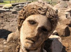 Arqueólogos descobrem estátua da era imperial em Roma