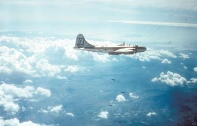 Boing B-29, dos EUA, ataca alvo norte-coreano durante guerra coreana, em 1959